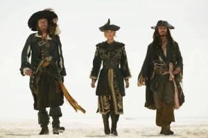 Kapitein Barbossa (Geoffrey Rush), Elizabeth Swan (Keira Knightly) en Kapitein Jack Sparrow (Johnny Depp).